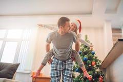 Spielerisches Bild des glücklichen Vaters und der Tochter, die zusammen Zeit verbringt Er reitet sie auf seine zurück Sie sind gl stockbild