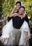 Spielerisches Braut- und Bräutigamdoppelpol Stockfotos