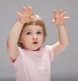 Spielerisches kleines Mädchen, das etwas zeigt Lizenzfreies Stockbild