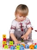 Spielerisches kleines Mädchen in embroided Bluse lizenzfreies stockfoto