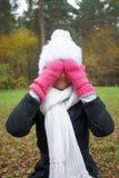 Spielerisches Mädchen in einem Herbstpark Lizenzfreies Stockfoto