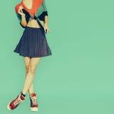 Spielerisches Mädchen im Rocktupfen auf blauem Hintergrund Weinlese styl Lizenzfreie Stockfotografie