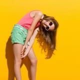 Spielerisches Mädchen im Sonnenlicht Stockbilder