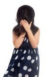 Spielerisches versteckendes Gesicht des kleinen Mädchens Lizenzfreies Stockfoto