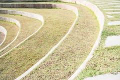 Spielfeld- und Wegweg auf Gras Stockbild