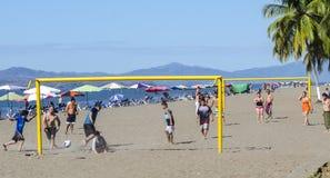 Spielfußball auf dem Strand in Puntarenas Costa Rica stockfoto