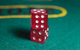 Spielgegenstandwürfel lokalisiert auf einem weißen Hintergrund Stockfoto