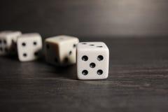 Spielgegenstandwürfel lokalisiert auf einem weißen Hintergrund Stockbilder