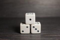 Spielgegenstandwürfel lokalisiert auf einem weißen Hintergrund Stockfotos