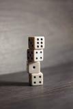 Spielgegenstandwürfel lokalisiert auf einem weißen Hintergrund Lizenzfreies Stockbild