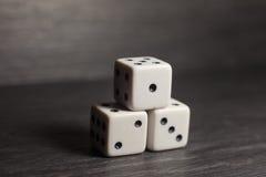 Spielgegenstandwürfel lokalisiert auf einem weißen Hintergrund Lizenzfreie Stockbilder