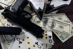 Spielgewehren und Dollar, clasic Mafiagangster noch stockfotografie