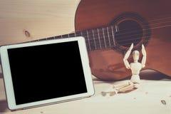 Spielgitarre und -tablette Lizenzfreies Stockfoto