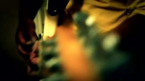Spielgitarrenmusik stock footage