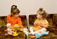 Spielhaus mit zwei kleinen Schwestern Stockfotos