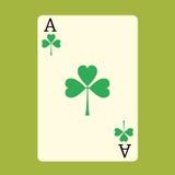 Spielkarte ACE mit einem grünen Shamrock-Patrick-Tag Lizenzfreies Stockbild