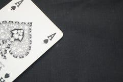 Spielkarte Aces mit schwarzem Hintergrund Stockbilder