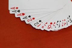 Spielkarte auf rotem Hintergrund Stockbilder