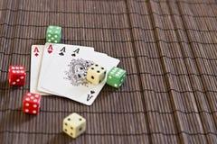 Spielkarte mit würfelt Lizenzfreies Stockbild