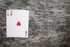 Spielkarten Aces und Königs auf einem Holztisch mit copyspace Stockfotos
