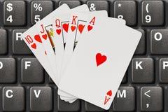 Spielkarten auf Computertastatur Lizenzfreie Stockfotos