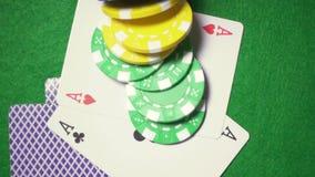 Spielkarten auf der Chipfall-Kasinosuperzeitlupe stock video footage