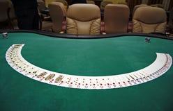 Spielkarten auf einer Tabelle lizenzfreies stockfoto