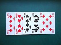 Spielkarten auf grünem Hintergrund stockfoto