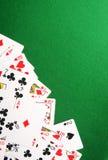 Spielkarten auf grünem Kasinohintergrund Stockfotos