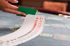 Spielkarten auf Kasinotabelle Lizenzfreie Stockbilder