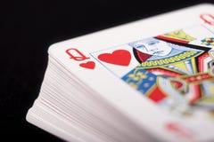Spielkarten auf schwarzem Hintergrund lizenzfreie stockfotos