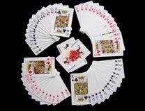 Spielkarten auf schwarzem Hintergrund lizenzfreie stockbilder