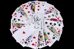 Spielkarten auf schwarzem Hintergrund stockbild