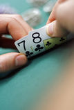 Spielkarten in den Händen stockfoto