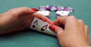 Spielkarten in den Händen stockfotos