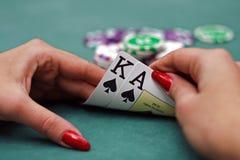 Spielkarten in den Händen lizenzfreie stockfotos