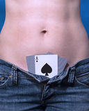 Spielkarten in den Jeans Lizenzfreie Stockfotografie