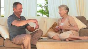 Spielkarten der älteren Paare stock footage