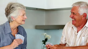 Spielkarten der älteren Paare am Zähler stock video footage