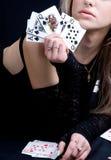 Spielkarten der Frauenholding Stockfoto