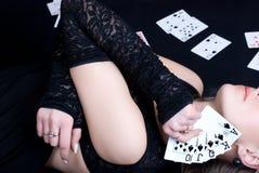 Spielkarten der Frauenholding Lizenzfreies Stockbild