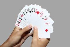 Spielkarten in der Hand Lizenzfreies Stockbild