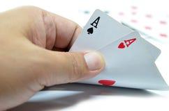 Spielkarten in der Hand Stockfotos