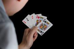 Spielkarten der Mannholding Stockbild