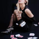 Spielkarten der reizvollen Frauenholding Stockfotografie
