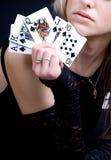 Spielkarten der reizvollen Frauenholding Lizenzfreie Stockbilder