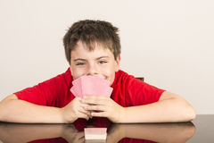 Spielkarten des Jungen Stockbilder