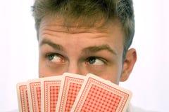 Spielkarten des jungen Mannes Stockfoto