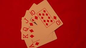 Spielkarten des Königlich-Blitzes auf einem roten Hintergrund stock video