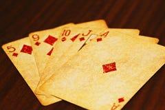 Spielkarten des Pokers auf dem Tisch stockfotografie